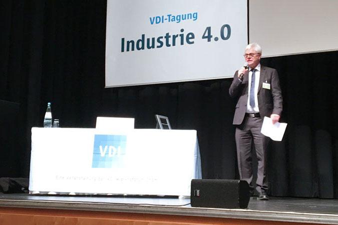 Prof. Dr.-Ing. Detlef Zühlke moderiert eine Session.