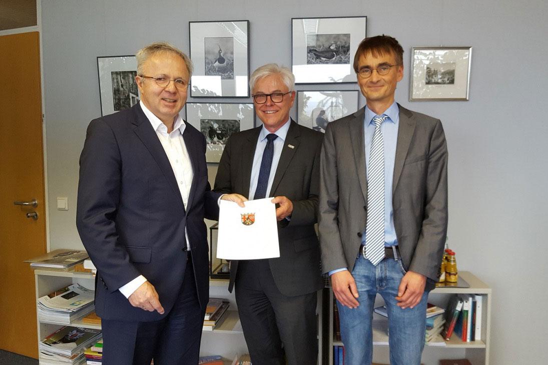 v.l.n.r. Prof. Schmidt, Prof. Zühlke und Prof. Dr.-Ing. Jörg Seewig, Dekan des Fachbereichs Fachbereich Maschinenbau und Verfahrenstechnik