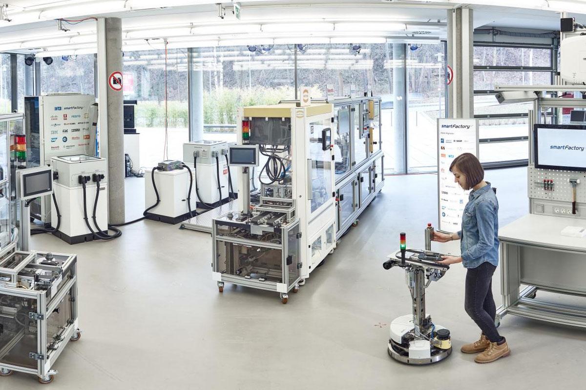 Die weiterentwickelte Industrie 4.0-Produktionsanlage des SmartFactoryKL-Partnerkonsortiums