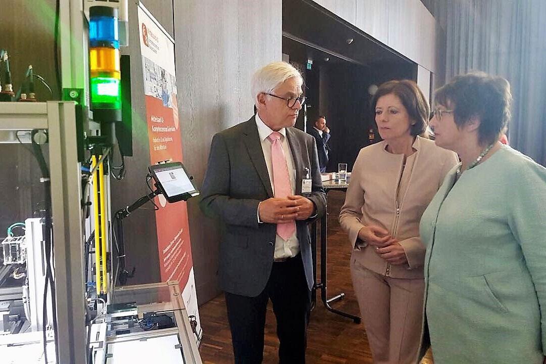 Prof. Dr. Detelf Zühlke, Vorstandsvorsitzender der SmartFactoryKL, stellt die Arbeit des Mittelstand 4.0-Kompetenzzentrums Kaiserslautern den hochrangigen Gästen vor: Bundeswirtschaftsministerin Brigitte Zypries (ganz rechts) und Ministerpräsidentin von Rheinland-Pfalz Malu Dreyer.