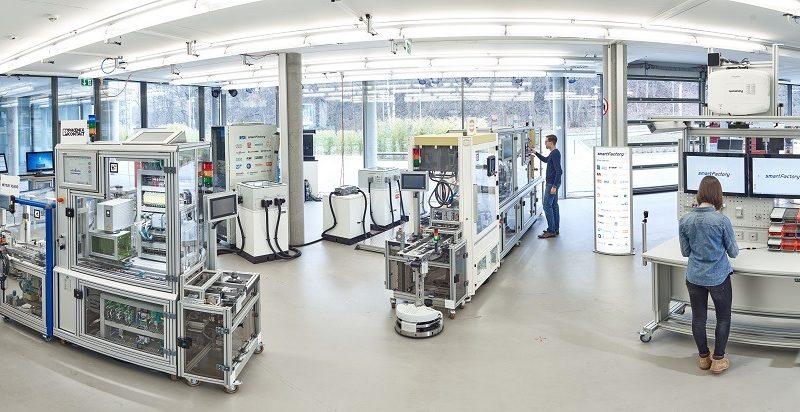 Die Module der Demo-Anlage des SmartFactoryKL-Partnerkreises verteilen sich auf drei Fertigungsinseln, um eine flexible Produktion zu ermöglichen. ©SmartFactoryKL / C. Arnoldi