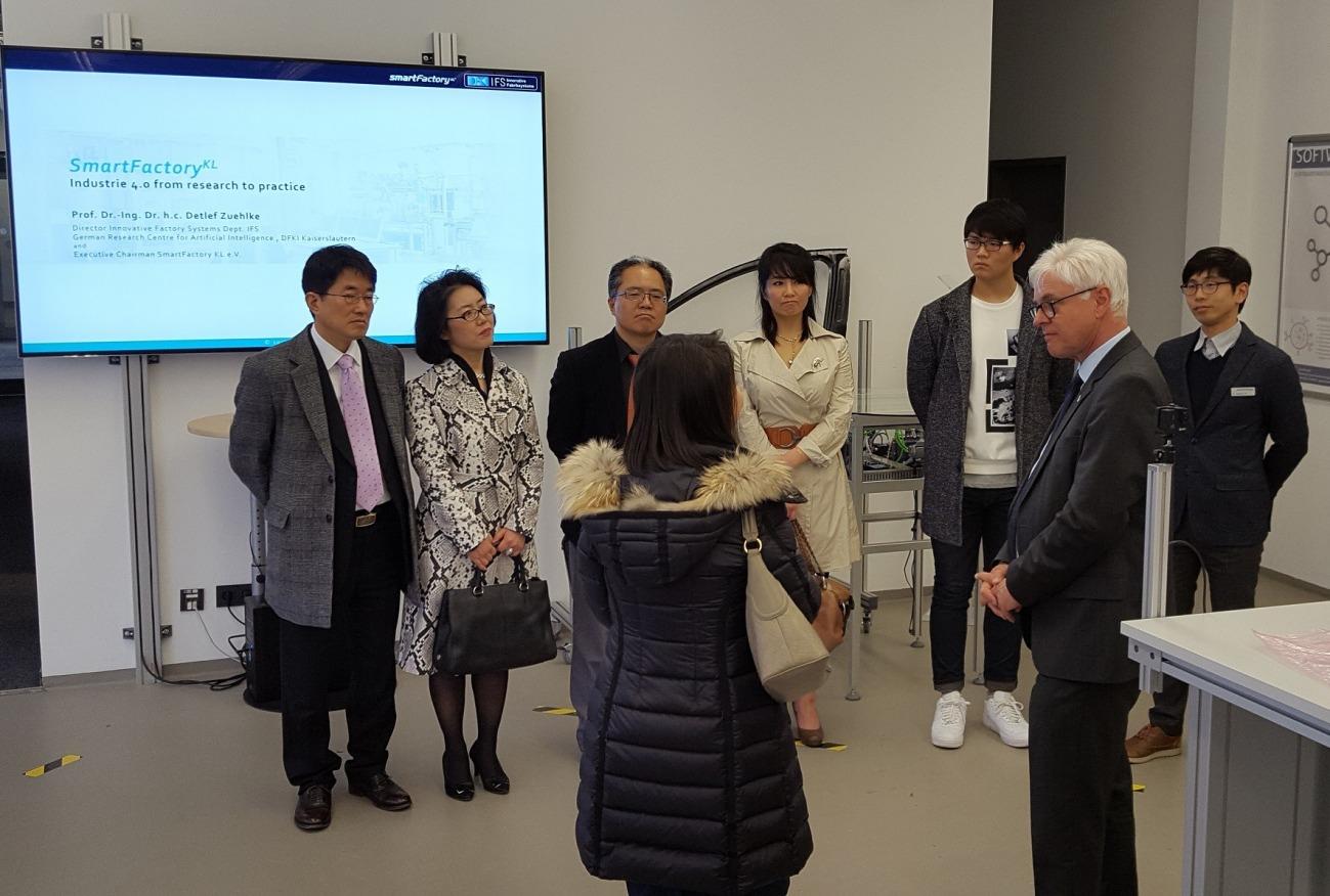 Generalkonsul der Republik Korea, Prof. Dr. Bumhym Bek, und der Konsul der Republik Korea, Hong-Kyu Jang, zu Besuch in der SmartFactoryKL.