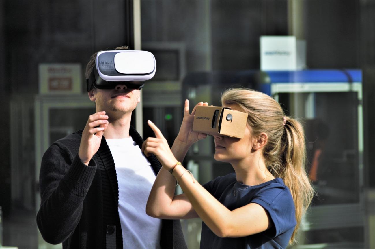 Wird die App auf dem Smartphone geöffnet und in Kombination mit einer Virtual Reality-Brille verwendet, dann verstärkt sich der Eindruck, dass sich die Nutzer mitten im Democenter befinden.