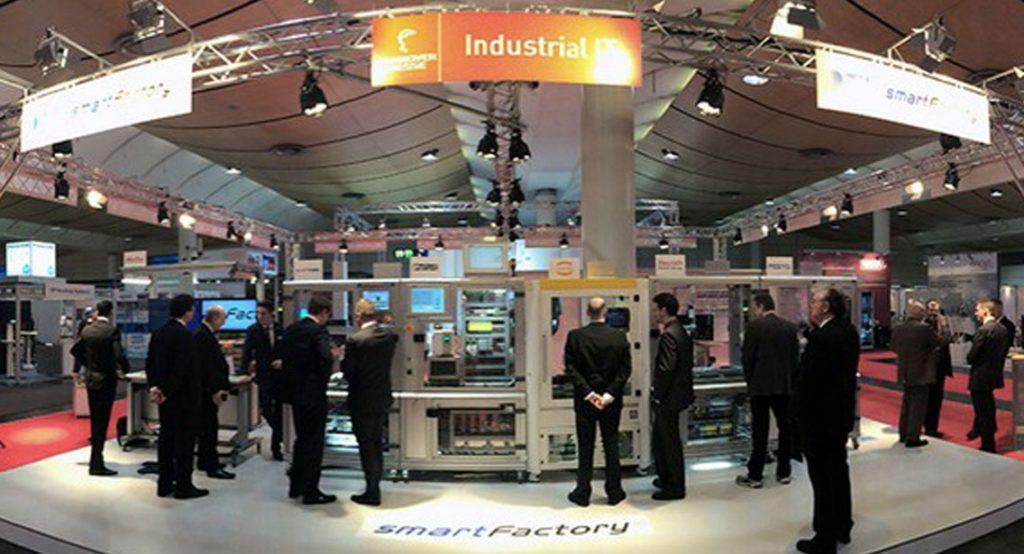 Der Aufbau des Messestands der SmartFactoryKL zur Hannover Messe 2014