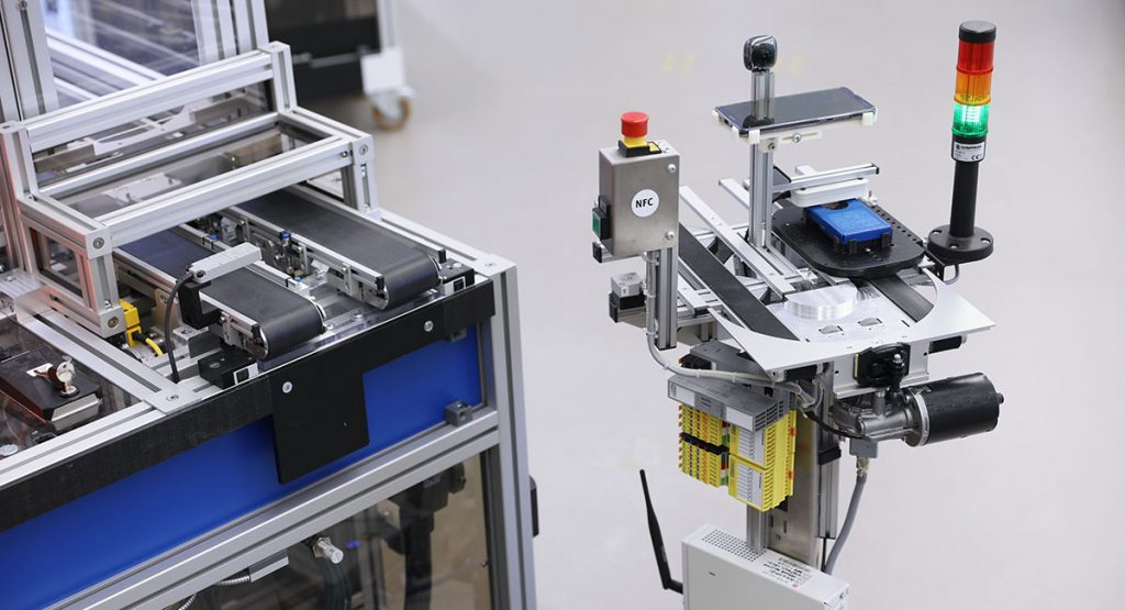 The flexible transport system connects to the modular production cell by the help of a docking station. Image source: Technologie-Initiative SmartFactory KL e. V. / A. Sell