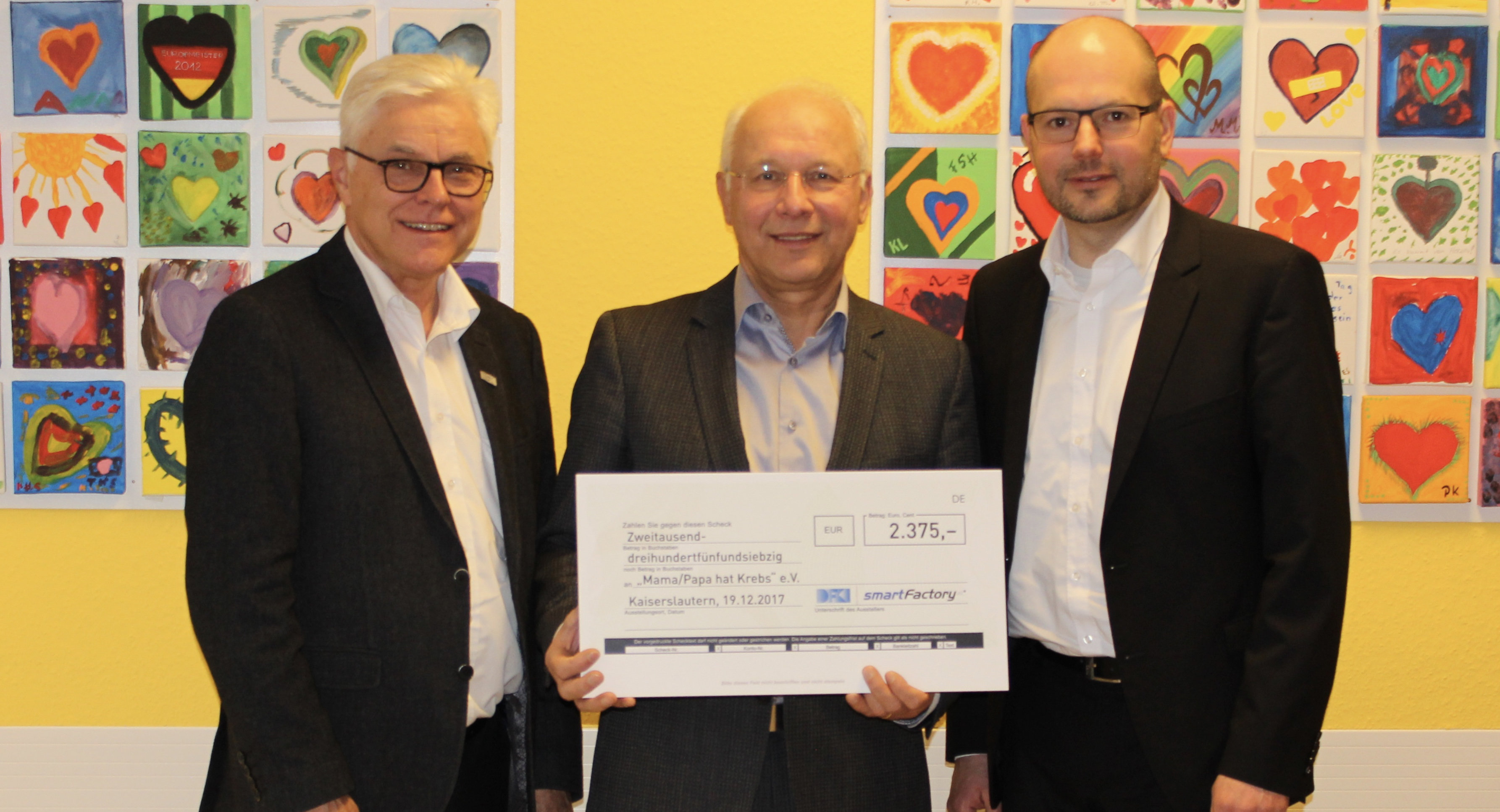 The non-profit organization Mama/Papa hat Krebs (Mama/Papa has Cancer) received the charitable donation of more than 2,375 euros from SmartFactoryKL. Photo: SmartFactoryKL