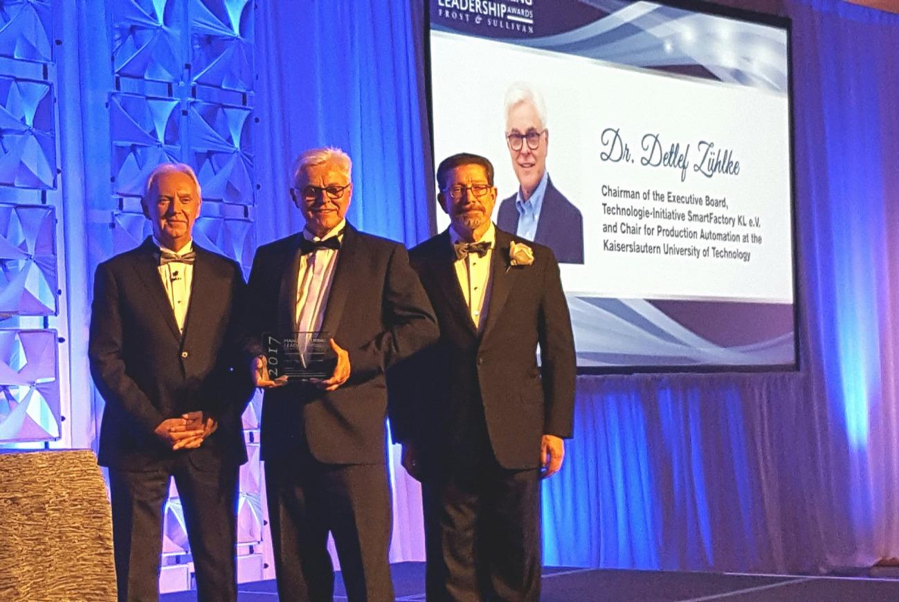 Prof. Dr. Zühlke (Mitte) bei der Preisverleihung mit dem letztjährigen Gewinner John Fleming von Ford (links) und David R. Brousell (rechts) von ML Council. Foto: SmartFactoryKL