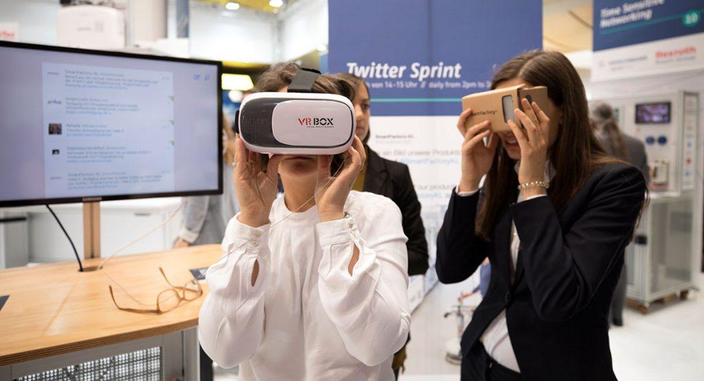 Messebesucher beim Testen der SmartFactoryKL-VR-App. ©SmartFactoryKL / C. Arnoldi