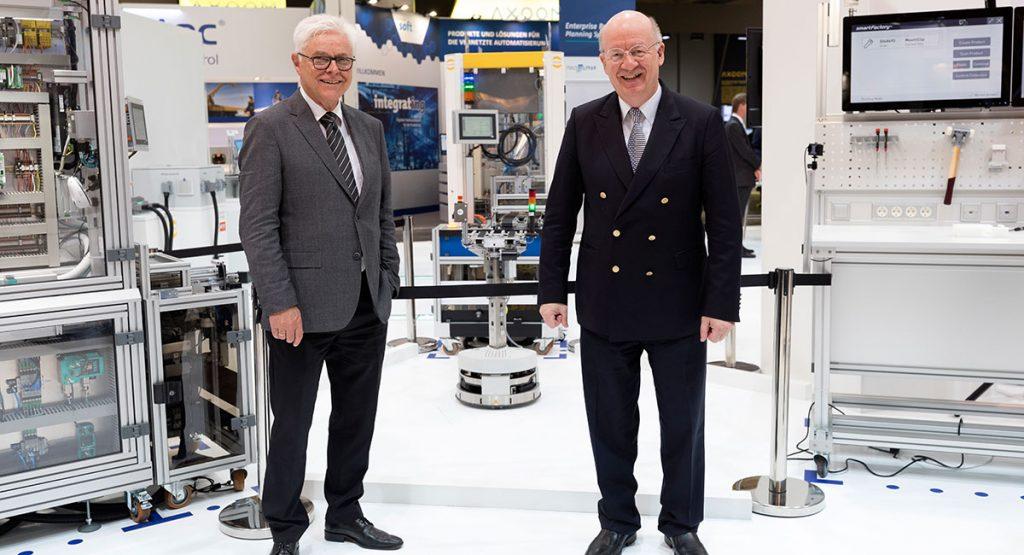 Prof. Detlef Zühlke und Prof. Wolfgang Wahlster auf dem Messestand der SmartFactoryKL. ©SmartFactoryKL / C. Arnoldi