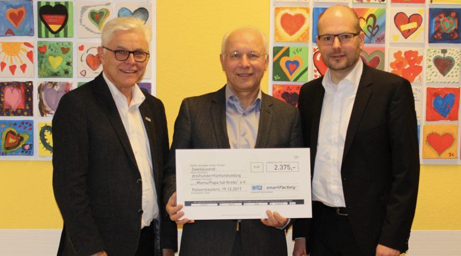 Mama/Papa hat Krebs e.V. erhielt einen Spendenscheck über 2.375 Euro von der SmartFactoryKL. Foto: SmartFactoryKL