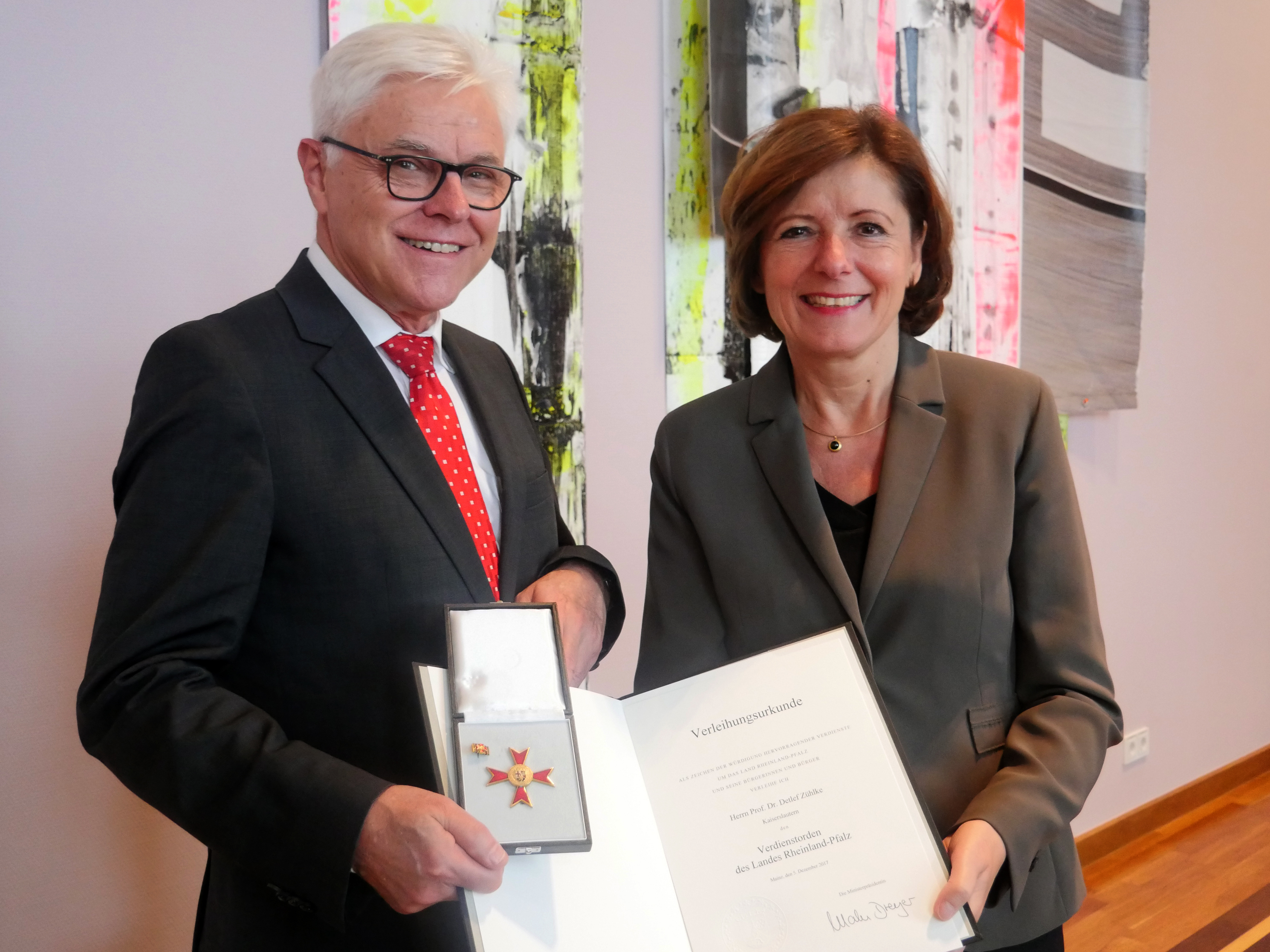 Malu Dreyer presents Order of Merit Award to Detlef Zühlke. Photo: © Staatskanzlei RLP