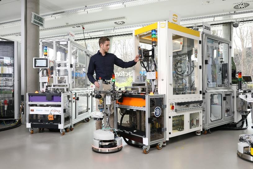 KI kann in der Produktion eingesetzt werden, um die Sicherheitsrisiken von modularen Anlagen zu minimieren. Diesen Use Case zeigt die SmartFactoryKL auf der Hannover Messe 2019. Foto: SmartFactoryKL/A.Sell