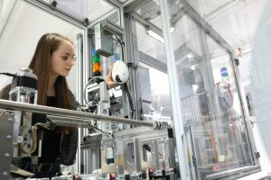 Ein smartes Vision-System dient zur Überprüfung der Sicherheit von Produktionsmodulen. Die optischen Daten werden durch Agentensysteme ausgewertet und automatisch ein Sicherheitszertifikat erstellt. Foto: SmartFactoryKL/A. Sell