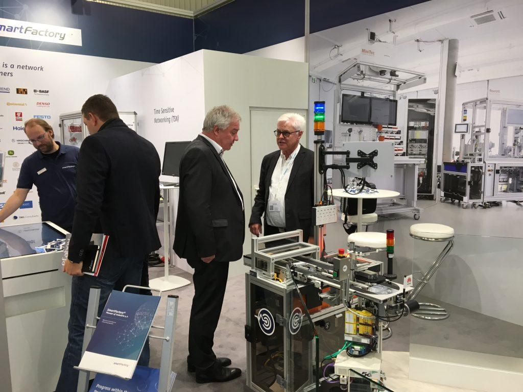 Prof. Dr. Detlef Zühlke, Vorstandsvorsitzender der SmartFactory-KL, zeigte den Besuchern die Anlage.