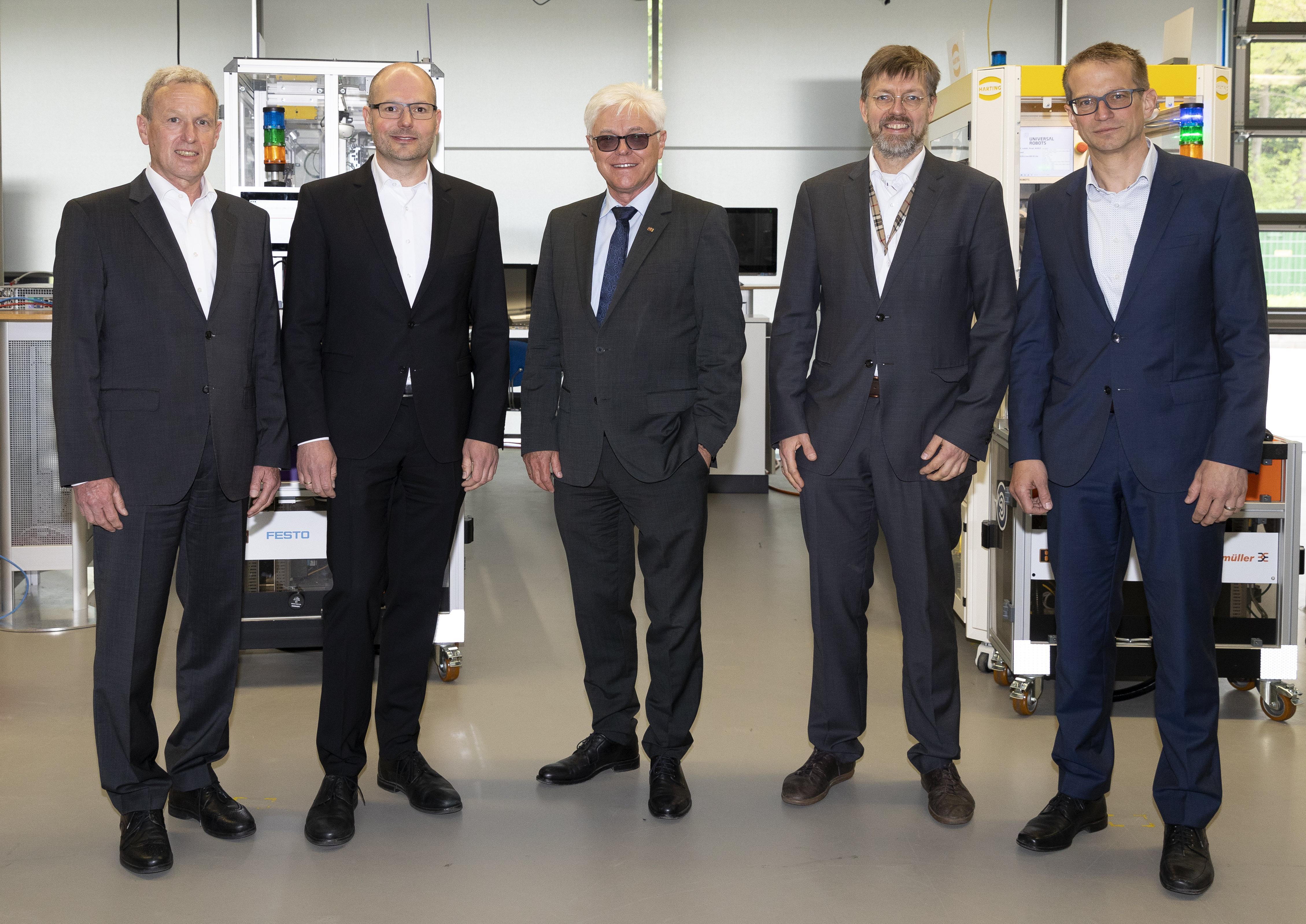 Der Vorstand der Technologie-Initiative SmartFactory KL e.V. (v.l.n.r.): Klaus Stark, Prof. Dr. Martin Ruskowski (Vorsitzender), Prof. Dr. Detlef Zühlke (Ehrenmitglied), Andreas Huhmann, Dr. Thomas Bürger. Foto: SmartFactoryKL /M. Schäfer